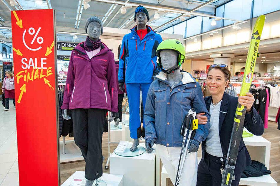 Der nächste Winterurlaub kann kommen: Galeria Kaufhof um Mitarbeiterin Carola Hering (48) hat Langlaufski und Skistöcke drastisch reduziert.