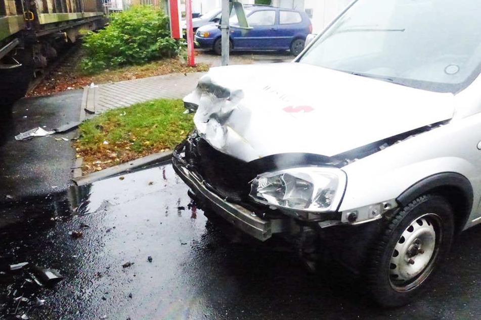 Das Auto erlitt einen Frontalschaden. Aus dem Motorraum lief Öl aus.