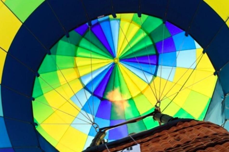 Der Blick aus dem Weidenkorb in den Ballon.