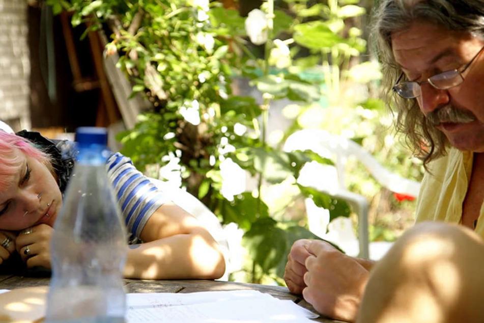Einen klaren Kopf bekommt man am Besten an der frischen Luft: Lena büffelt mit ihrem Lehrer Klaus im Grünen.