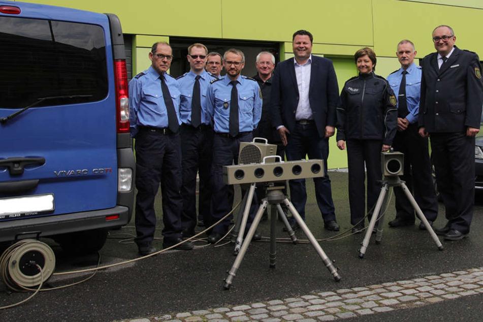 Bürgermeister Lars Kluge (40, CDU, Mi) und Polizeipräsident Conny Stiehl (60, r.) weihten die neue Verkehrspolizeistation ein.