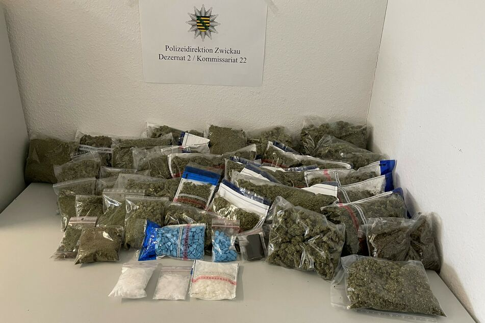 Die Polizei stellte bei einer Wohnungsdurchsuchung in Zwickau fast fünf Kilo Marihuana und weitere Drogen sicher.
