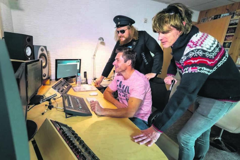 """""""Der Hauer"""" (und Mickie Krause (r.) hören zusammen mit Tonstudio-Besitzer Mirko Süß in den neu aufgelegten Song """"Sabine Lawine"""" rein."""