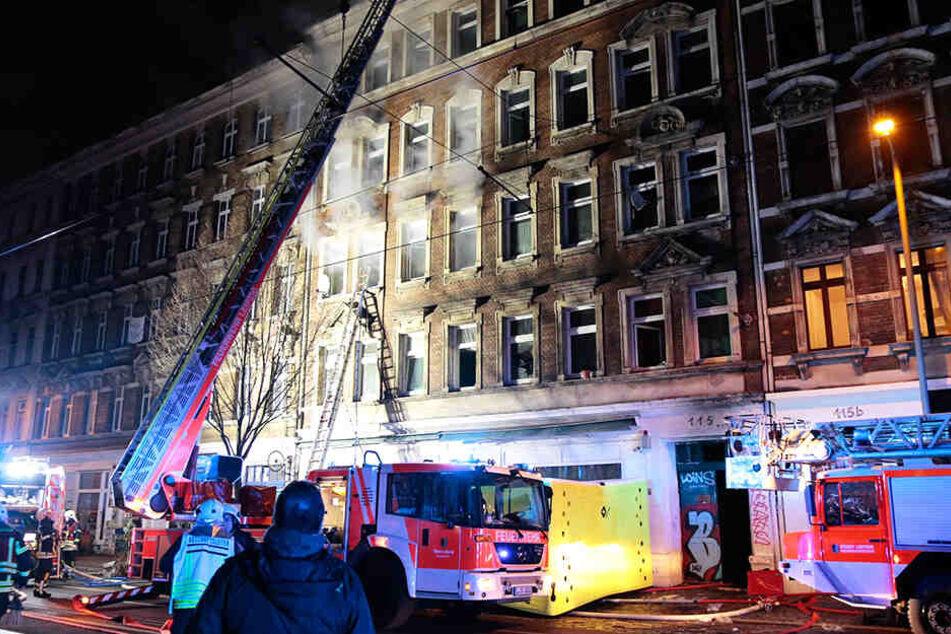 Die Feuerwehr hatte vor dem Haus ein Sprungkissen postiert, mehrere Mieter sprangen aus den Fenstern