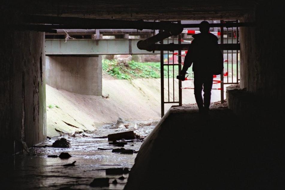 In diesem tunnelartigen Durchbruch unter einer Gleisanlage wurde die Leiche Tristans gefunden.