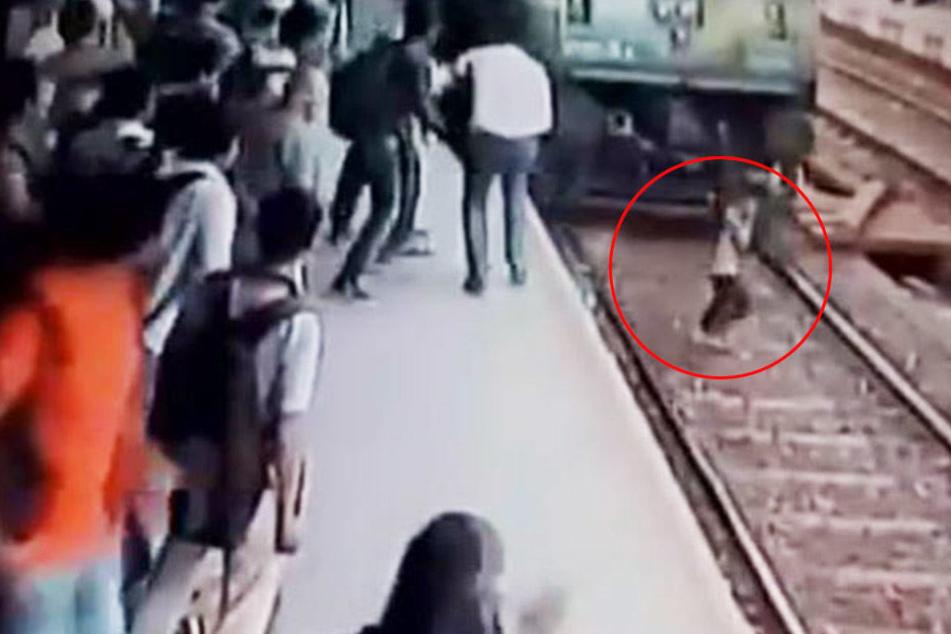 Schock-Video: Frau wird frontal von heranbrausendem Zug erfasst