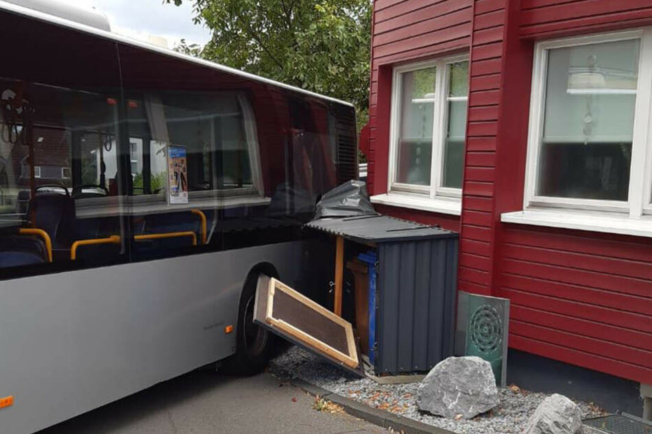 Der Rheinbahn-Bus krachte rückwärts in einen Müllverschlag und die Fassade eines Hauses.