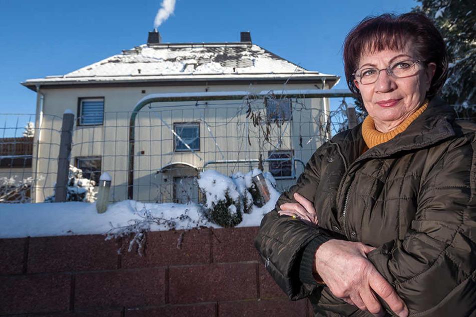 Waltraud Pecher (73) vor ihrem Haus in der Zwickauer Karl-Marx-Straße. Seit Montag fehlen hier Strom, Wasser und Heizung, sagt sie.