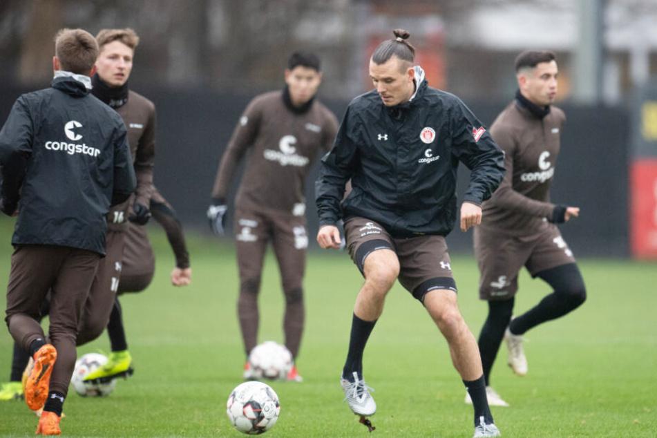 Zwar schoss Neuzugang Alex Meier (Mitte) ein Tor für den FC St. Pauli, doch die Mannschaft verlor ihr Testspiel (Archivbild).