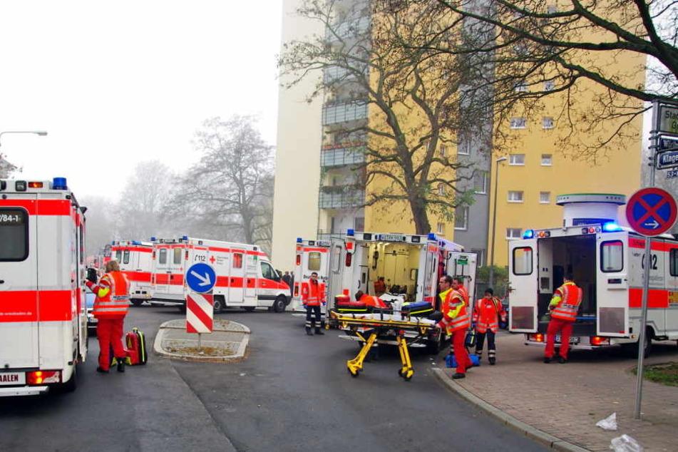 Auch zwei Sanitäter mussten wegen einer Vergiftung ins Krankenhaus gebracht werden. (Symbolbild)