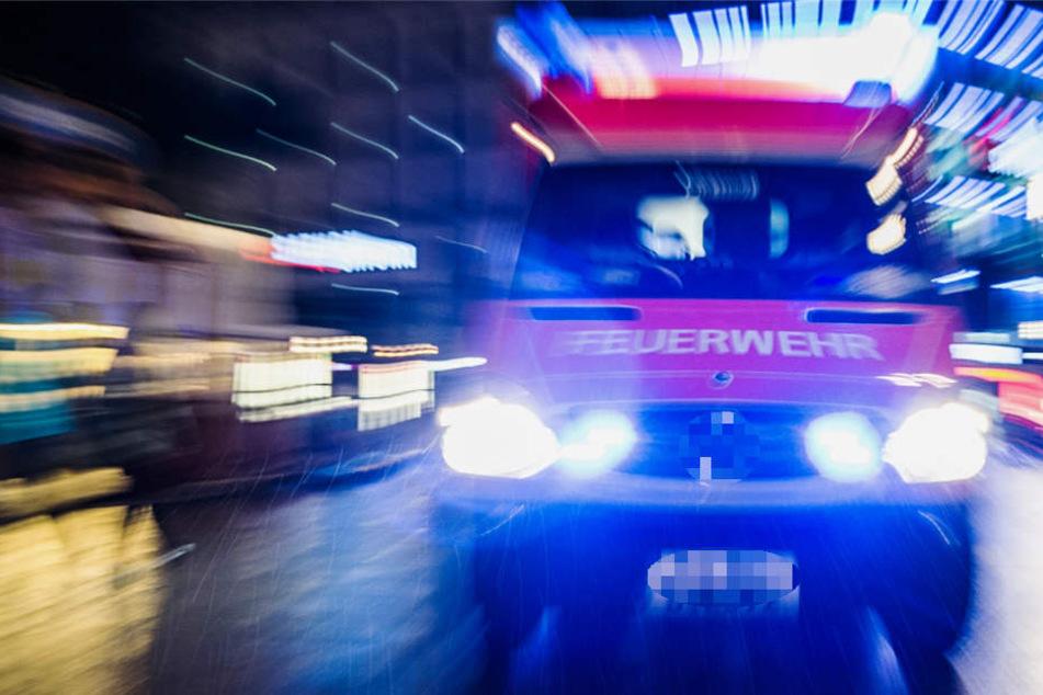 Rettungskräfte sind auf dem Weg zum Unfallort (Symbolbild).