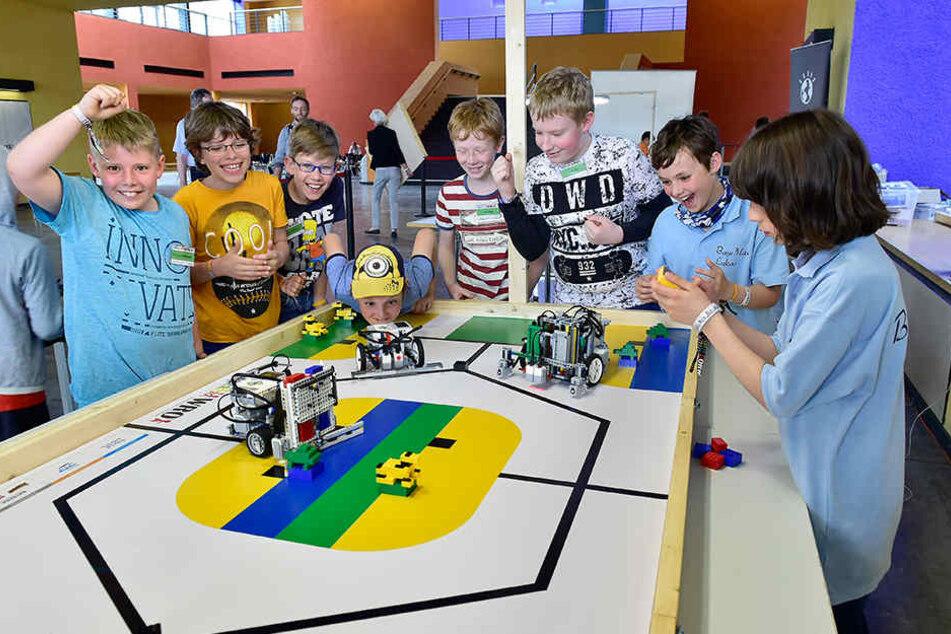 Spannung und Freude pur: Die Teilnehmer verfolgten mit Feuereifer den  Auftritt ihrer Roboter auf dem  Spieltisch.