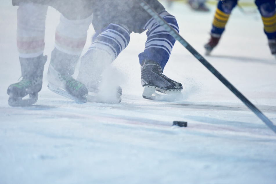 Schlechter Verlierer: Eishockeyspieler lässt Frust an Zuschauer (14) aus
