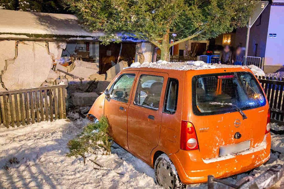 Der Opel krachte gegen eine Garagenmauer.