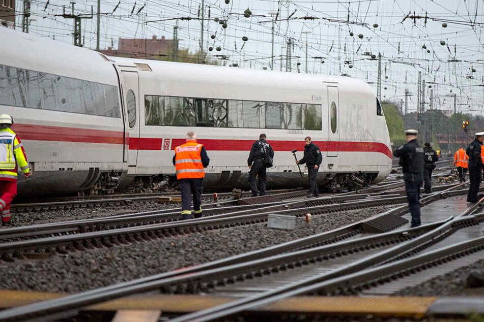 Die beiden letzten Wagen des Zuges waren bei der Einfahrt in den Bahnhof aus dem Gleis gesprungen.