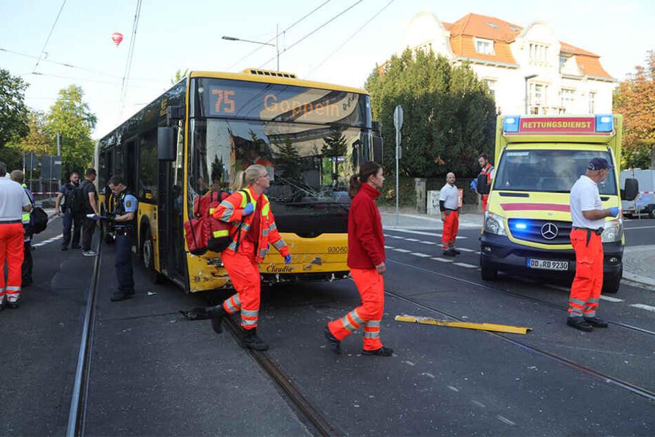 Polizei und Rettungsdienst eilten zum Unfallort an der Wiener Straße / Oskarstraße.