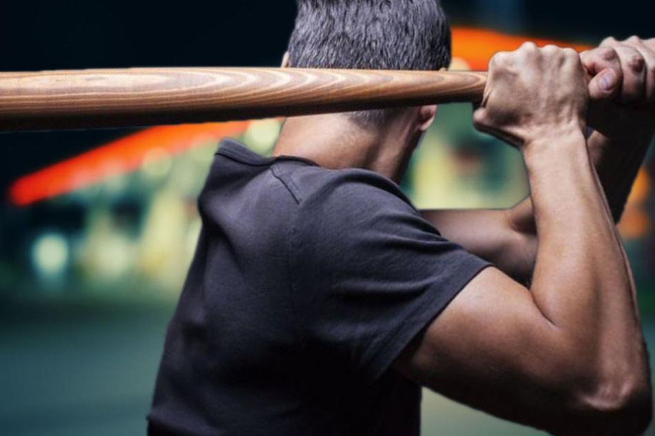 Mann überfällt Tankstelle und bedroht Mitarbeiter mit Baseballschläger