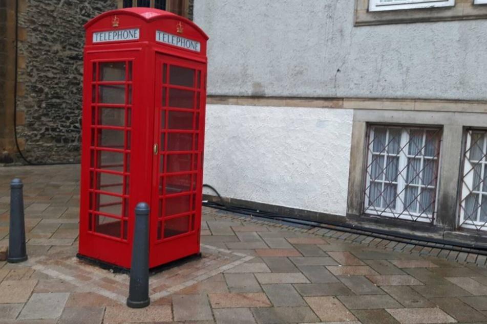 Noch ist das Münztelefon in Reparatur. Die Telefonzelle steht inzwischen aber wieder an seinem alten Platz.