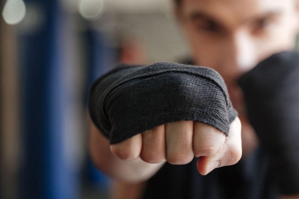 Mit Schlägen und Tritten soll der Sportler seinem Opfer zugesetzt haben (Symbolfoto).
