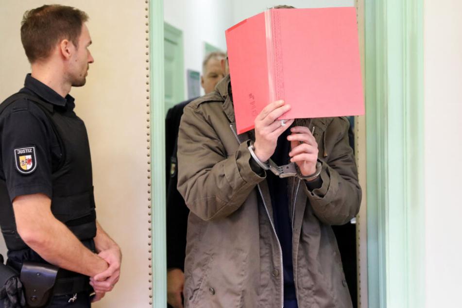 Bei der Fortsetzung des Mordprozesses um den Tod der sechsjährigen Leonie wird der angeklagte Stiefvater in den Gerichtssaal gebracht.