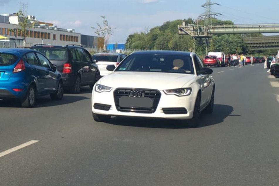 Unfassbar! Audi-Fahrer nutzt Rettungsgasse, um Stau zu entkommen