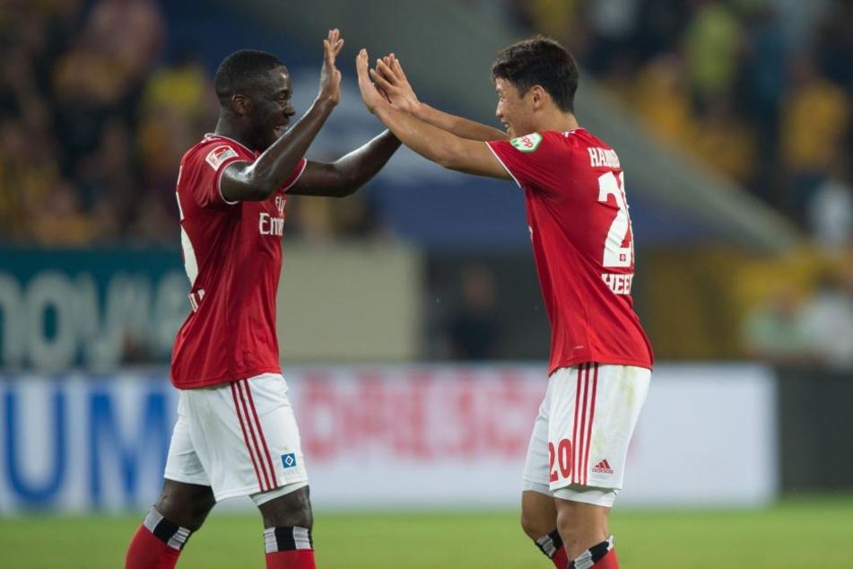 Orel Mangala (l) freut sich mit Hee-chan Hwang (r) über das 1:0.