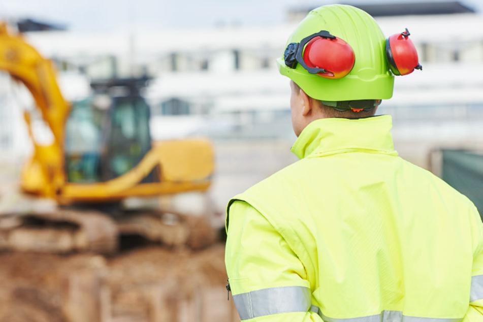 Schwer verletzt: Bauunternehmer stürzt von Rohbau und klatscht auf Betonboden