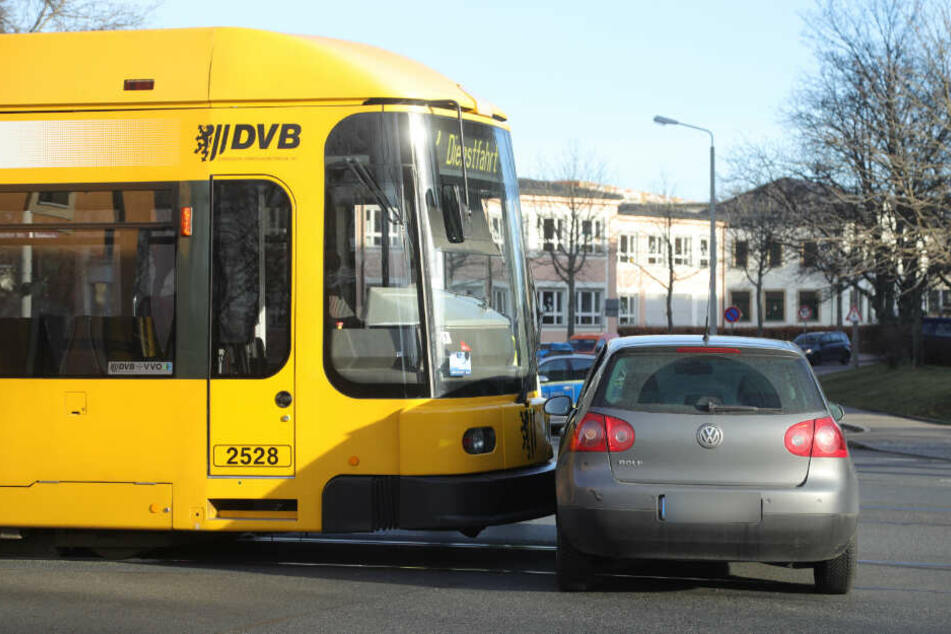 Unfall in Dresden: Straßenbahn und Auto prallen zusammen