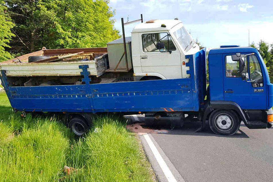 Auf der schmalen Straße wollte der LKW-Fahrer wenden - und übersah den Graben.