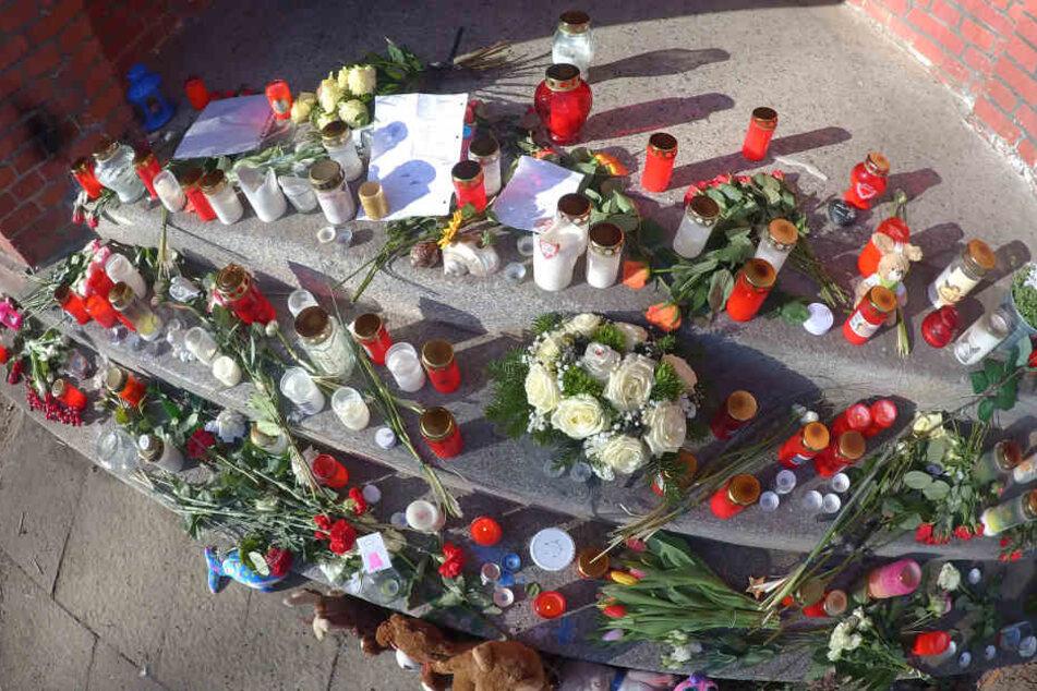 Die Eltern der Kinder haben dem Mädchen mit Kerzen und Blumen gedacht.