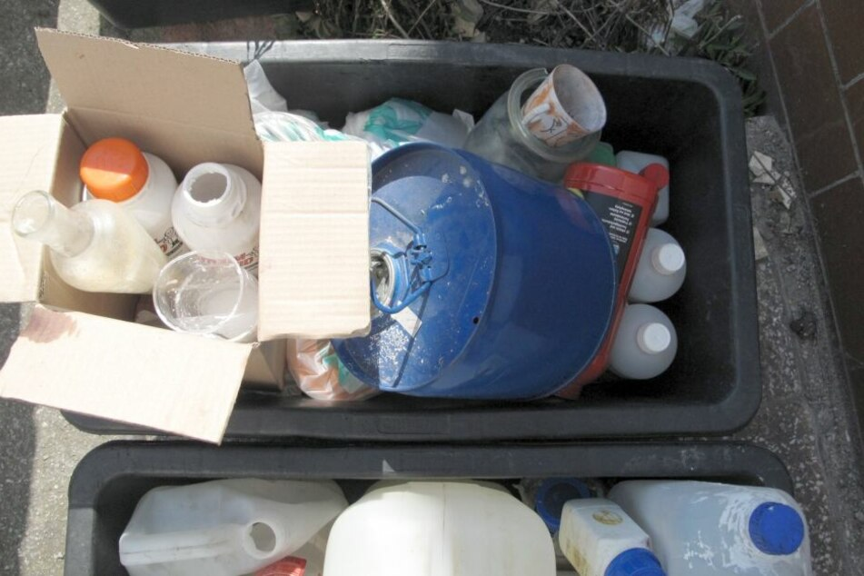 Die Polizei stellte mehrere Glasgefäße, Töpfe und Chemikalien sicher.