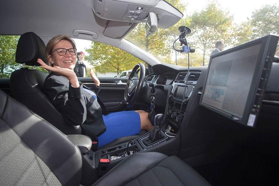 Durfte probesitzen, aber nicht probefahren: Ministerin Barbara Klepsch (52)  im Versuchsauto.