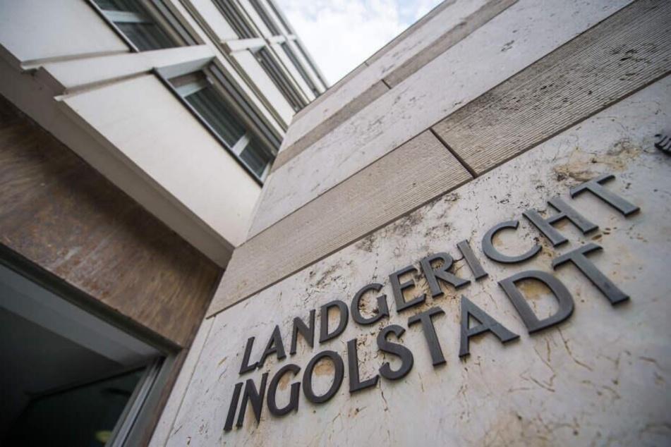 """Der Schriftzug """"Landgericht Ingolstadt"""" ist auf der Fassade vom Landgericht angebracht. Im Prozess um eine Bluttat in einem Schrebergarten in Gaimersheim soll am Montag das Urteil fallen."""
