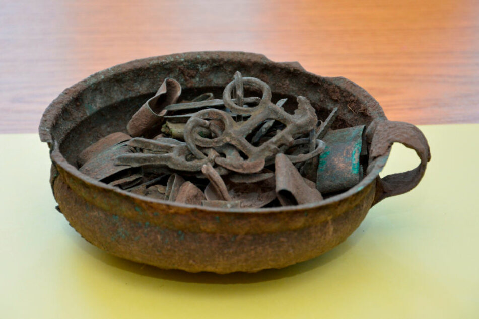 Einen rund 3100 Jahre alten Bronzeschatz stellte die Polizei bei einer Wohnungsdurchsuchung in Querfurt (Saalekreis) sicher.
