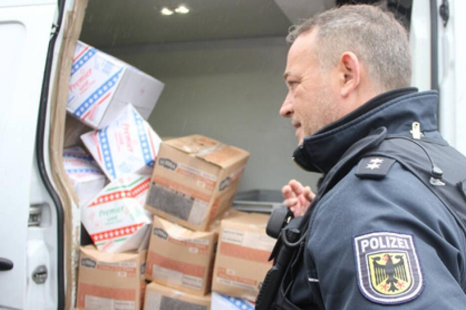 Ein Bundespolizist kontrollierte den Lieferwagen.