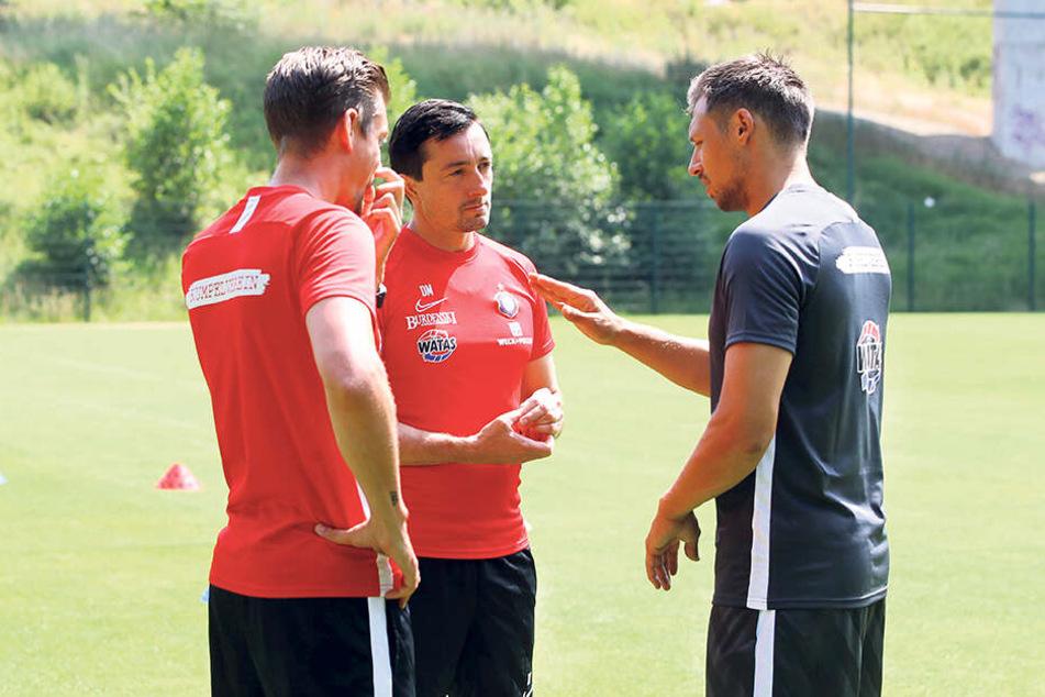 Mit Sören Gonther (r.) hat FCE-Coach Daniel Meyer (M.) einen erfahrenen Zweitliga-Profi dazubekommen.