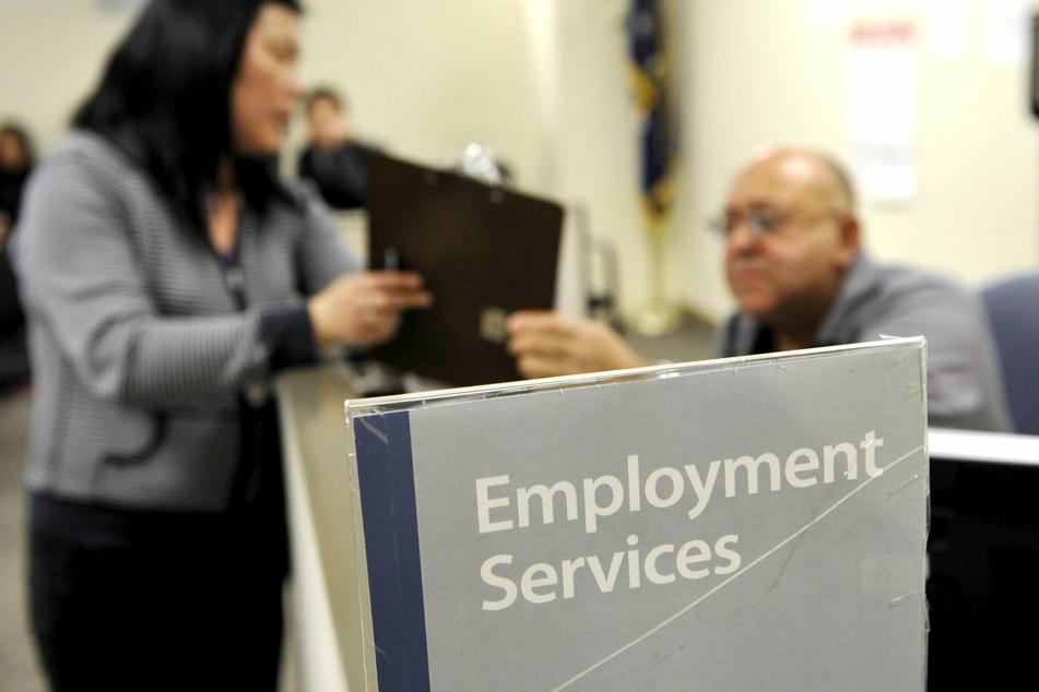 Eine Frau lässt sich in einem Jobcenter in New York beraten. (Archivbild)