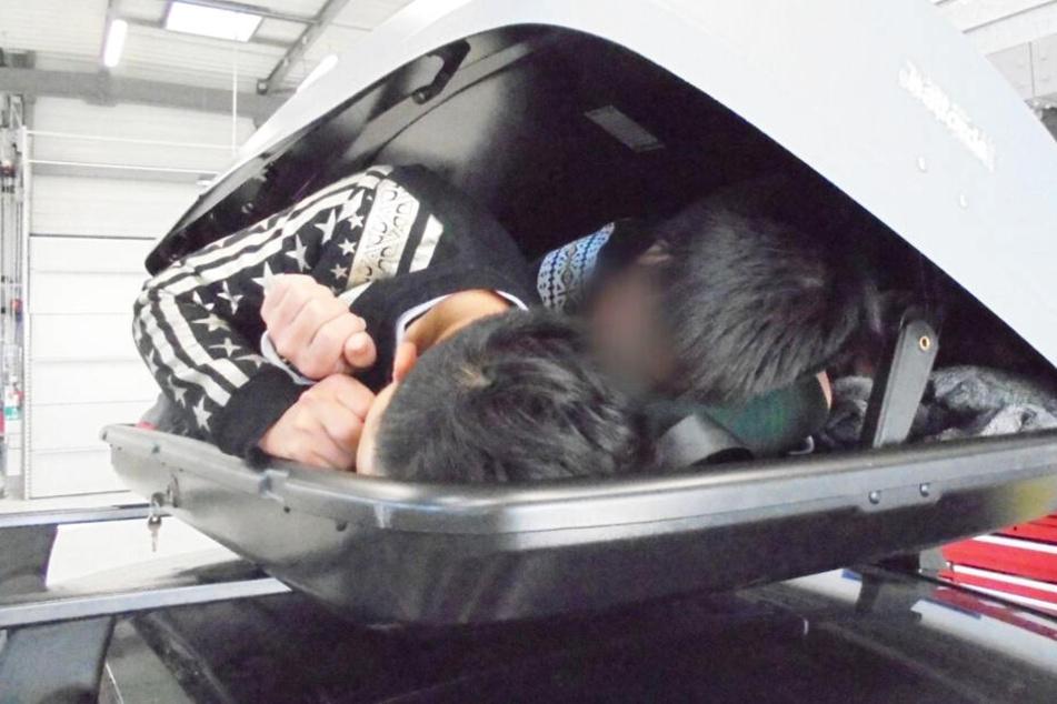 Schmuggler versteckt drei Menschen in Auto-Dachbox