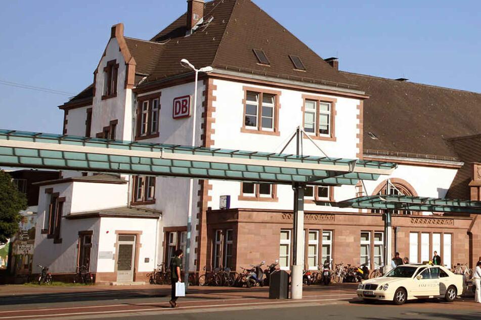Vor dem Bahnhof in Herford fand die Attacke statt. (Symbolbild)