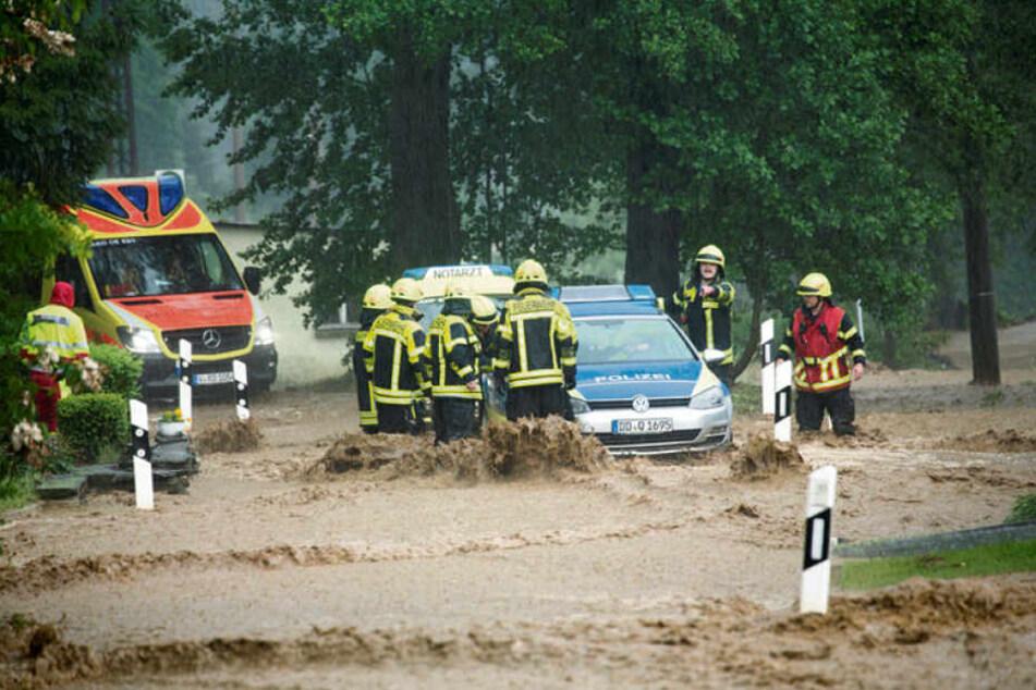 Die Schlammfluten, die Ende Mai in Oberhermsgrün die Dorfstraße hinunterstützten, brachten auch die Rettungskräfte in Gefahr.
