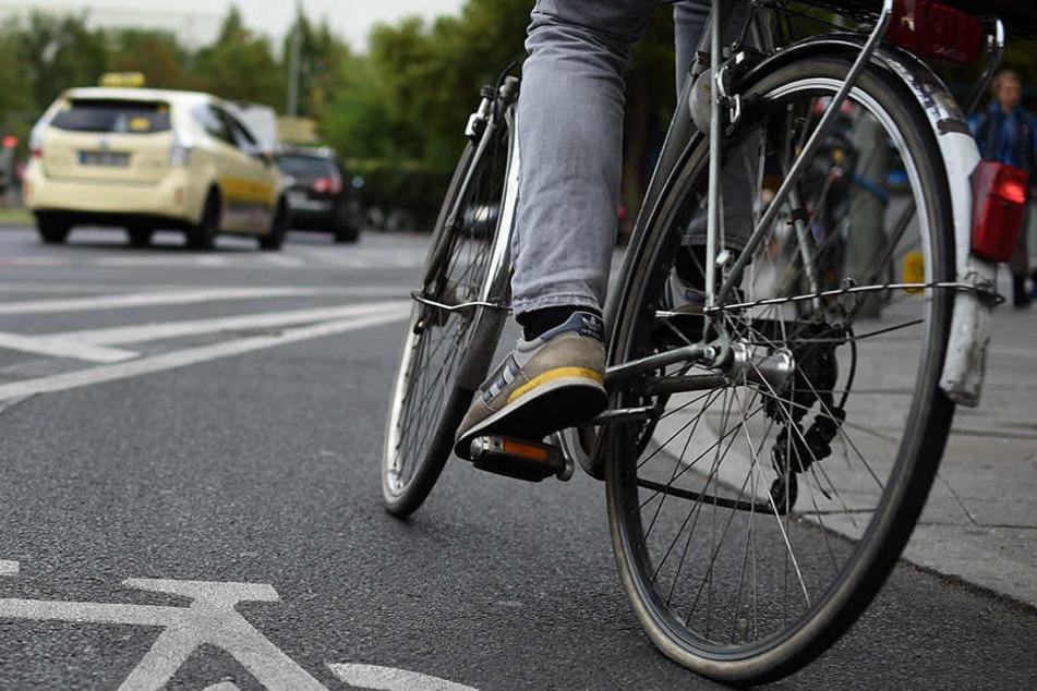 Noch im Vorbeifahren schlug der Fahrradfahrer dem 20-Jährigen ins Gesicht. (Symbolbild)