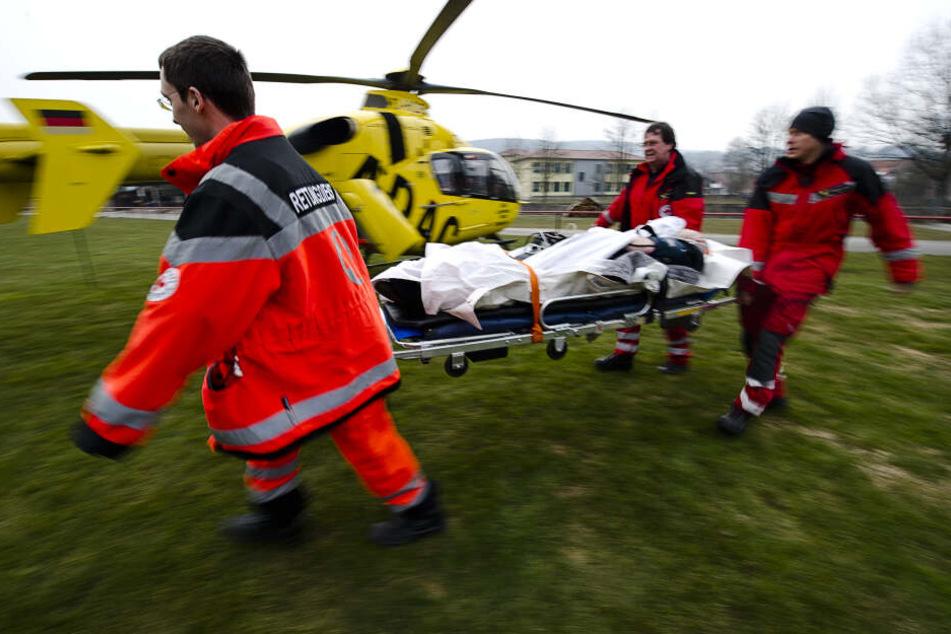 Er musste mit einem Rettungshubschrauber in eine Kölner Spezialklinik geflogen werden. (Symbolbild)