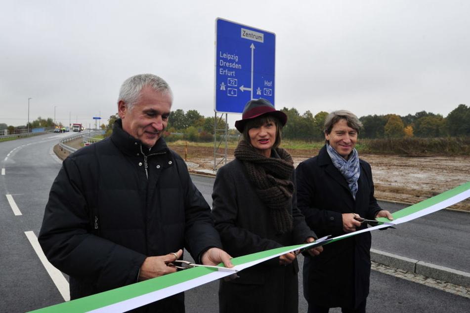 Jürgen Rannacher von der Baufirma VSTR Rodewisch, Oberbürgermeisterin Barbara Ludwig und Tiefbauamtsleiter Bernd Gregorzyk bei der feierlichen Übergabe.