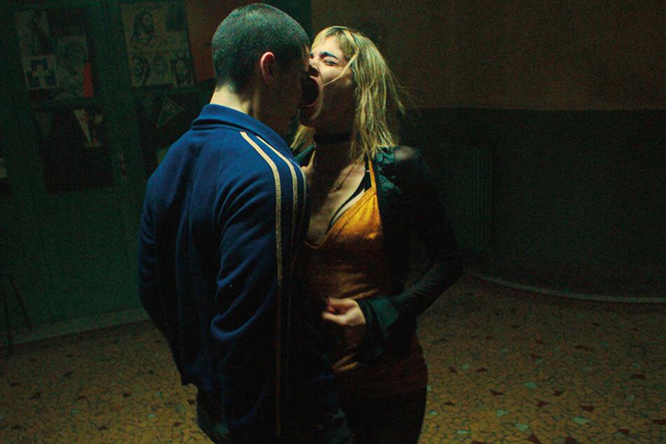 Der Wahnsinn ist vorprogrammiert: Selva (Sofia Boutella) weist David (Romain Guillermic) zurück.