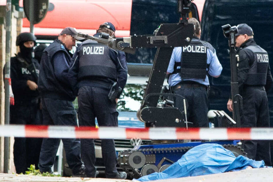 Polizisten und eine abgedeckte Leiche – der Anschlag in Halle schockierte im Oktober die Nation.