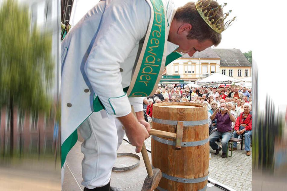 Damals war noch alles gut: Der 12. Spreewälder Gurkenkönig Robert I. (Robert Koglin) stach 2010 nach seiner Krönung am Samstag in Golßen ein Gurkenfass an!