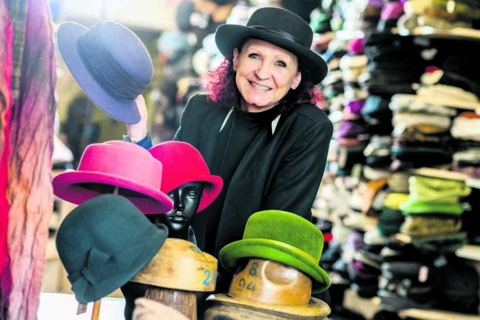 Sie mag, was sie tut: Kathrin Steinert (57) ist seit wenigen Wochen Hutverkäuferin mit Leib und Seele.