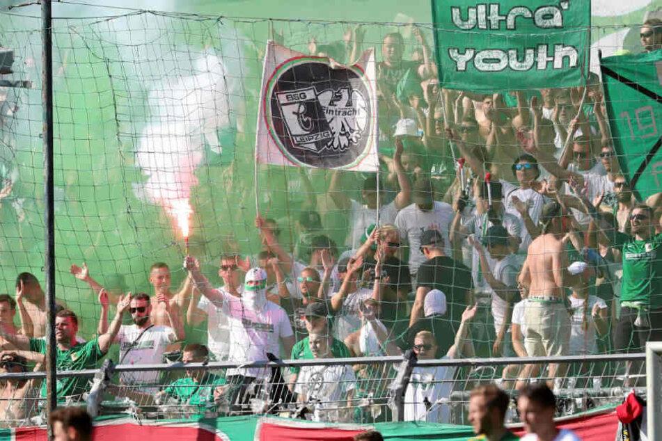 Beim Derby gegen Lok Leipzig zündeten grün-weiße Fans verbotene Pyrotechnik. (Archivbild)