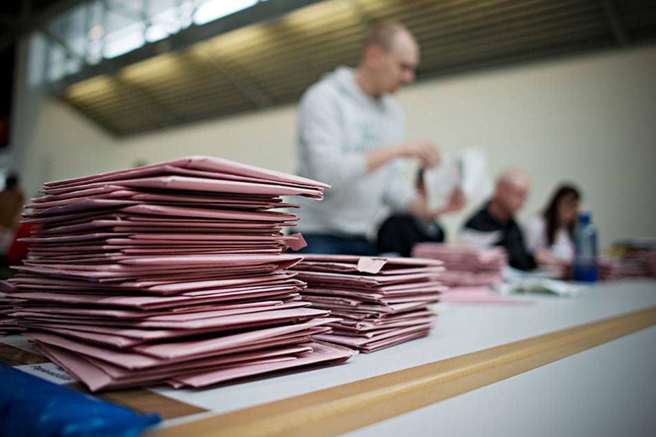 Wahlhelfer müssen die eingeschickten Briefe sortieren.