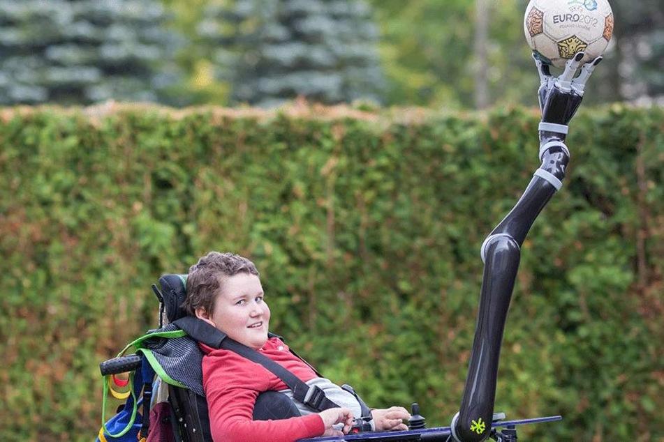 Kunststück am ausgestreckten Arm: Der aufgeweckte Noah beherrscht seinen  Roboterarm inzwischen so gut, dass er  damit sogar kleine Balance-Akte vollführen kann.
